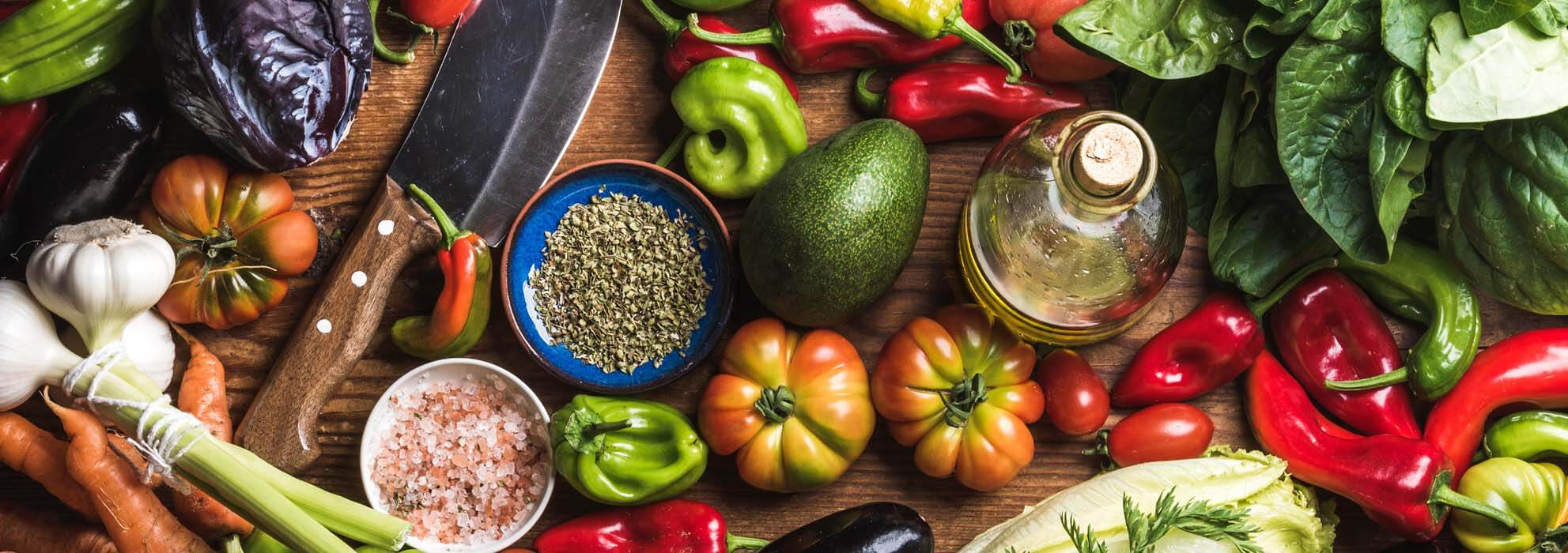 Gemüse auf Arbeitsplatte - gesund ernähren